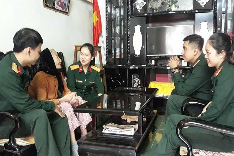 Cán bộ, chiến sĩ Ban Chỉ huy Quân sự thành phố thăm hỏi mẹ Việt Nam anh hùng. Ảnh: SƠN LIÊN