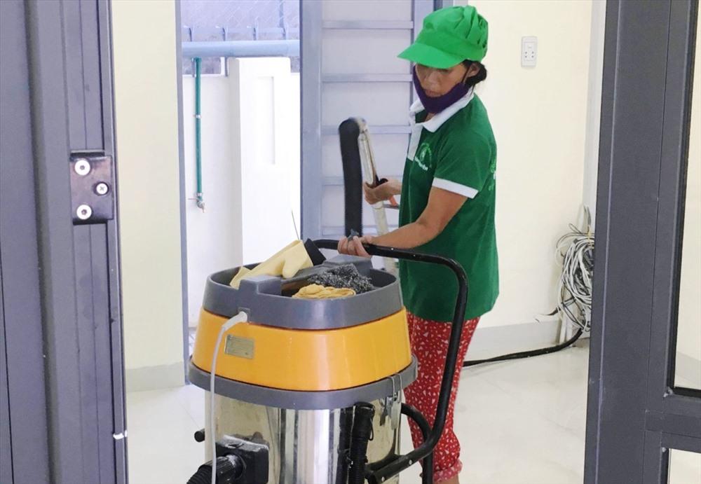 Ngoài đảm nhận công việc dọn vệ sinh nhà ở, công trình, công ty của Nguyễn Thanh Phím còn cung cấp nhân viên tạp vụ cho nhiều đơn vị trên địa bàn. Ảnh: K.L