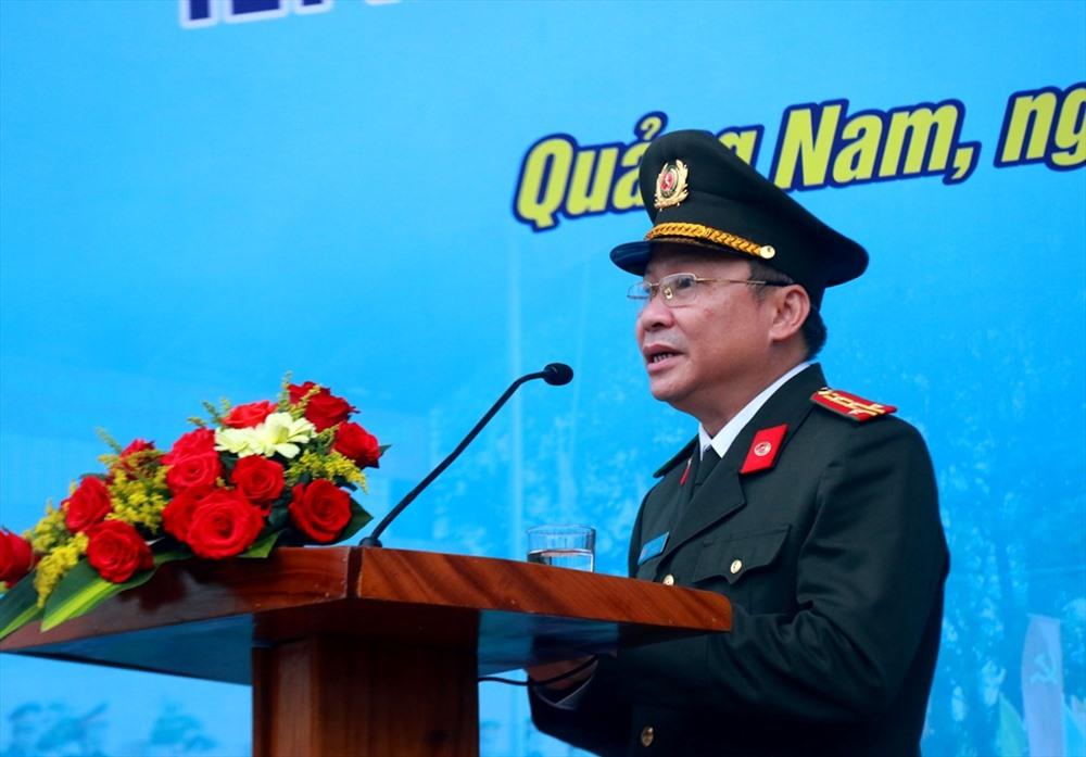 Đại tá Nguyễn Đức Dũng - Giám đốc Công an tỉnh phát lệnh ra quân đợt cao điểm. Ảnh: M.T