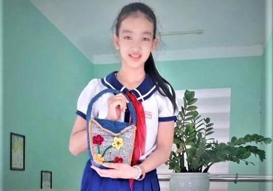 Em Trần Nguyễn Thanh Thanh với chiếc túi xách làm từ xơ mướp. Ảnh: Nhân vật cung cấp