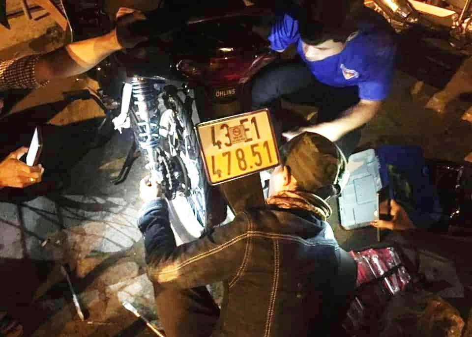 Đội cứu hộ S.O.S Thăng Bình giúp đỡ người tham gia giao thông gặp sự cố. Ảnh: THÁI CƯỜNG