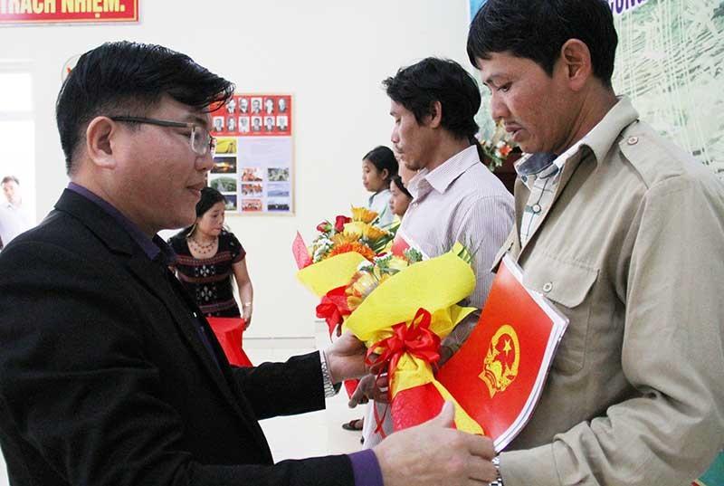6 Laotians are granted Vietnamese citizenship.