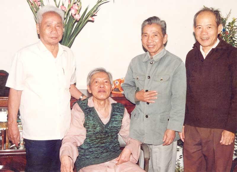 Đồng chí Nguyễn Quang Lâm (ngồi) với một số đồng chí nguyên Lãnh đạo Khu ủy Khu V.