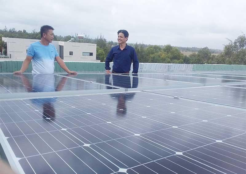 Gia đình anh Trương Thanh Tuấn (thôn Hà Bình, xã Bình Minh) đã lắp đặt hệ thống điện mặt trời. Ảnh: BIÊN THỰC