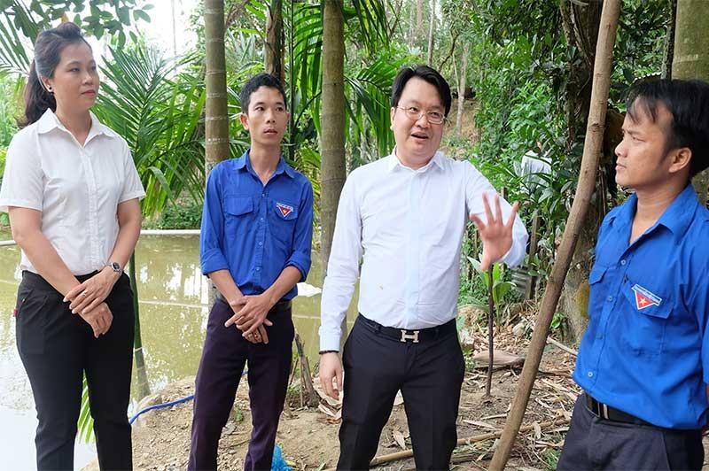 Ông Trần Quốc Bảo - Chủ tịch HĐQT Tập đoàn VN Đà Thành (thứ 3 từ bên trái) thăm mô hình kinh tế của anh Hồ Văn Vũ. Ảnh: M.L