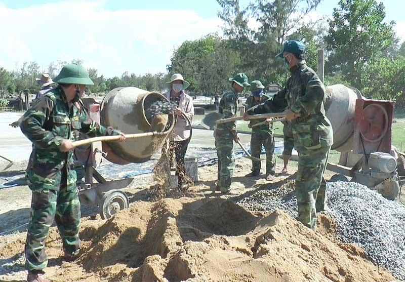 """Lực lượng vũ trang huyện Thăng Bình xây dựng công trình """"Đoàn kết quân dân"""" tại xã Bình Sa. Ảnh: V.T"""