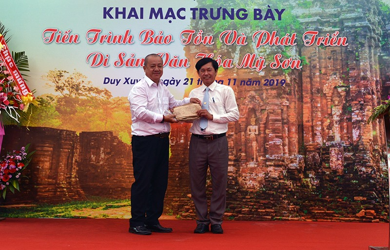 Ông Lâm Dũ Xênh (trái) tặng sách Chăm cổ cho Bảo tàng Mỹ Sơn.Ảnh: V.L