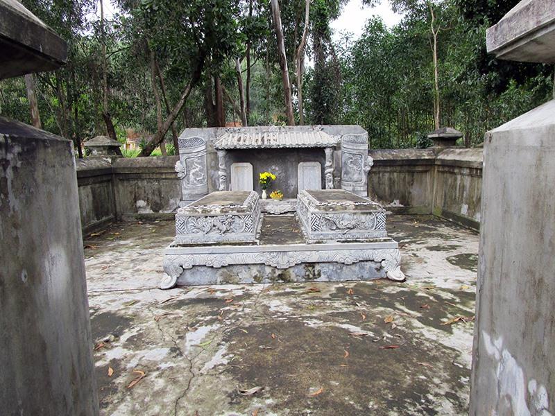 Mộ vợ chồng Đô thống chế Trần Đăng Long - có bia mộ hiệu Hoàng Việt, ở Chợ Trạm - Núi Thành.