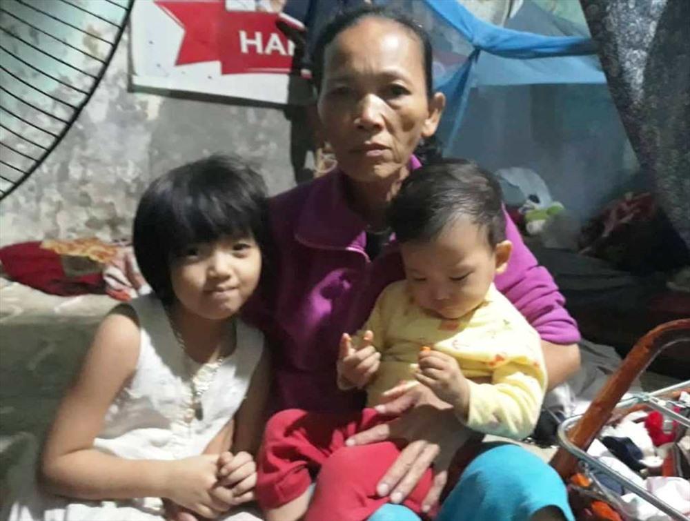 Chị Huỳnh Thị Toàn và cháu ngoại. Ảnh: HÀ AN