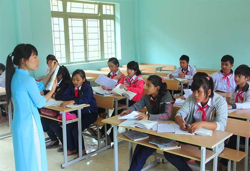 Dạy Văn là dạy cho học sinh cảm thụ cái đẹp và cuộc sống qua văn chương. TRONG ẢNH: Một tiết học Văn của học sinh miền núi. Ảnh: ALĂNG NGƯỚC