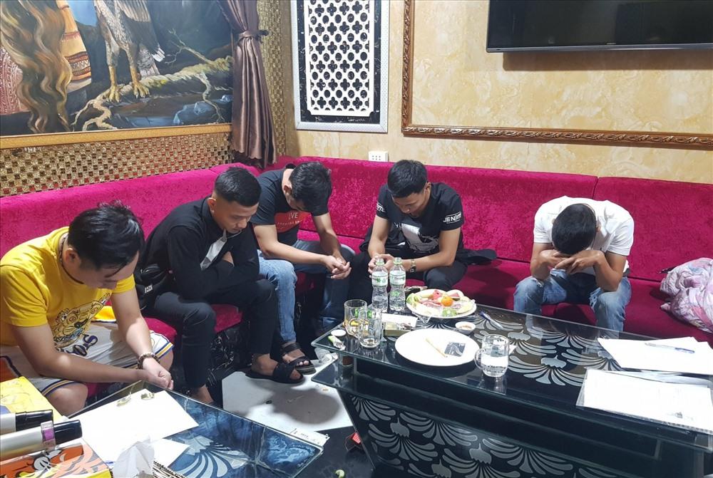 Nhiều thanh niên sử dụng ma túy trong quán karaoke Luxury. Ảnh: Công an cung cấp