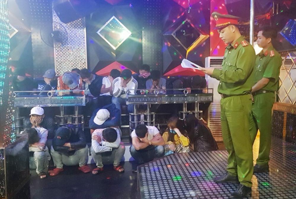 Lực lượng công an kiểm tra cơ sở karaoke Luxury. Ảnh: Công an cung cấp
