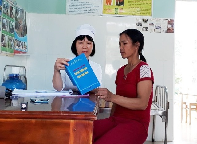 Tuyên truyền kiến thức về bệnh phong. Ảnh: TTYT Phú Ninh