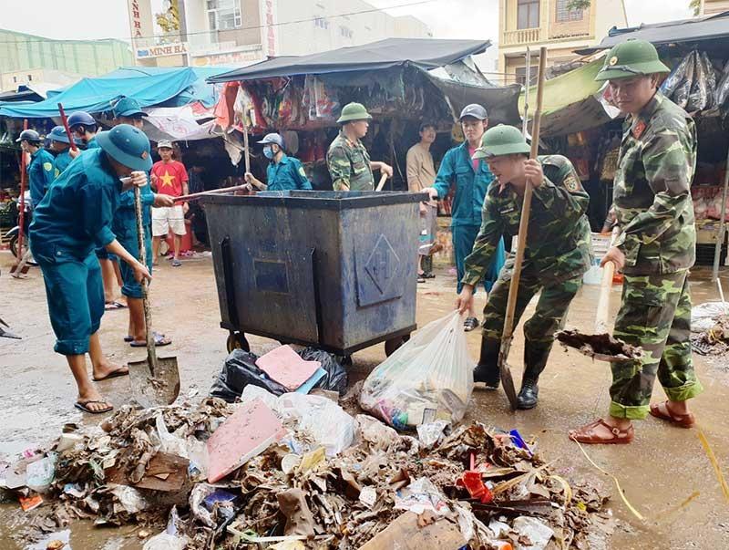 Tham gia dọn vệ sinh môi trường sau lũ tại chợ Tam Kỳ.