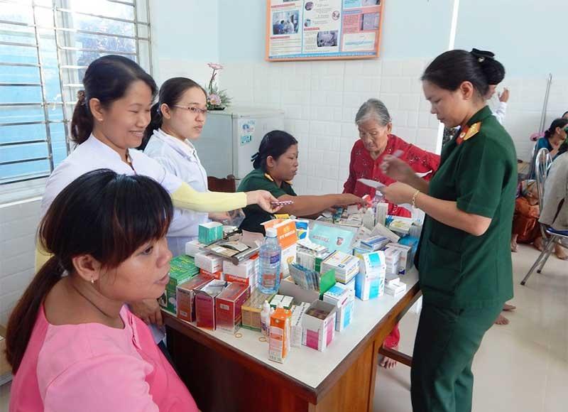 Cán bộ chiến sĩ Ban CHQS TP.Tam Kỳ tham gia khám chữa bệnh cho người dân.