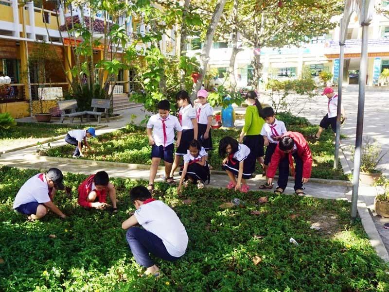 Nhiều học sinh trên địa bàn TP.Hội An đã dần ý thức hơn trong các hoạt động, ứng xử hàng ngày như xếp hàng, bảo vệ môi trường. Ảnh: K.L