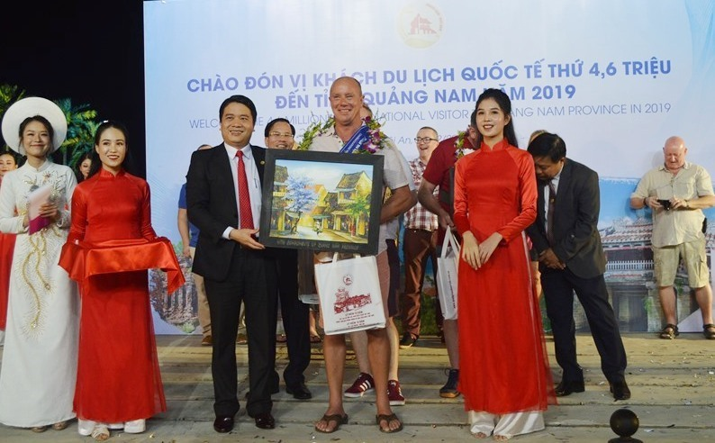 Vice Chairman of the Quang Nam provincial People's Committee Tran Van Tan offers gifts to Paul Oldham.