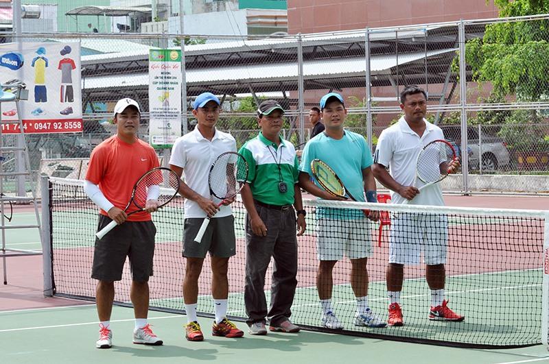 Tay vợt tuyển thủ quốc gia Lê Quốc Khánh (người thứ 2 bên trái) nhiều lần góp mặt tại giải Quần vợt Quảng Nam mở rộng. Ảnh: T.V