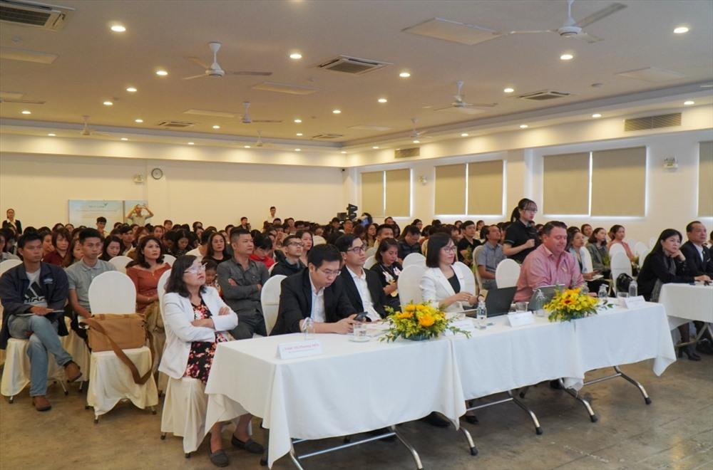Hơn 200 đại biểu và phụ huynh tham dự buổi ra mắt. Ảnh: N.T.B
