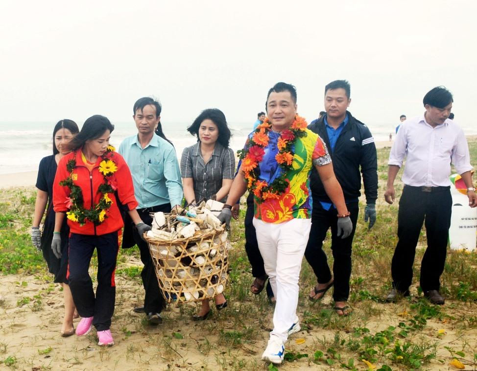 Các đại sứ tham gia làm sạch bãi biển Hà My. Ảnh: Q.T