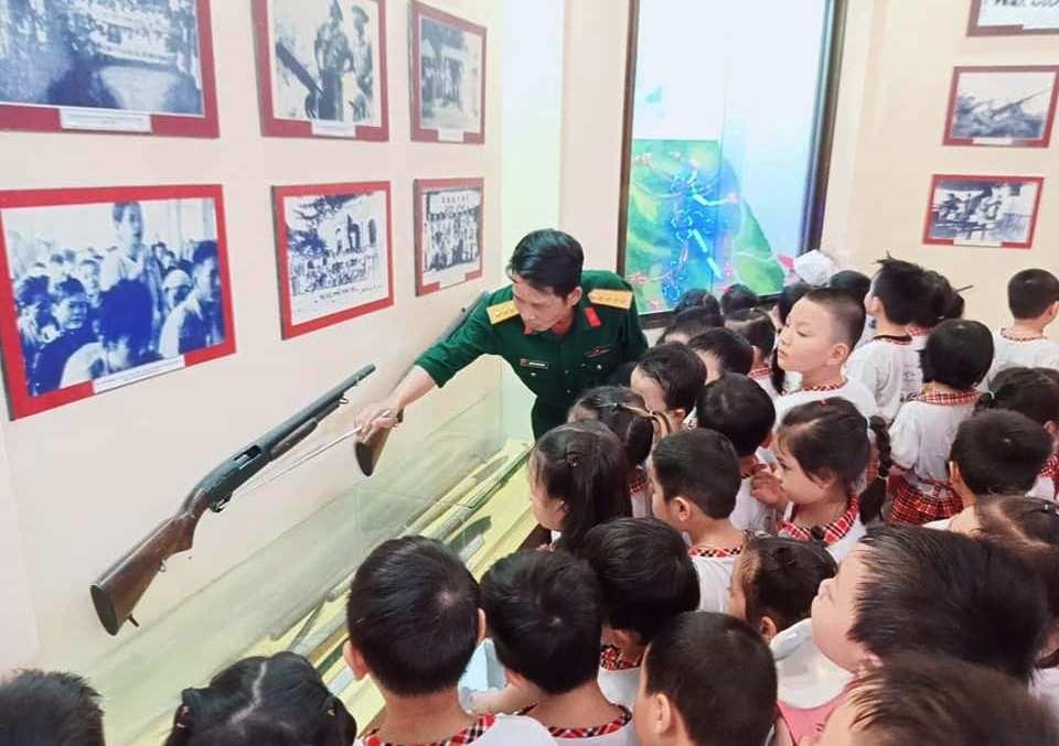 Học sinh Trường Mẫu giáo Hương Sen thăm nhà truyền thống. Ảnh: C.N