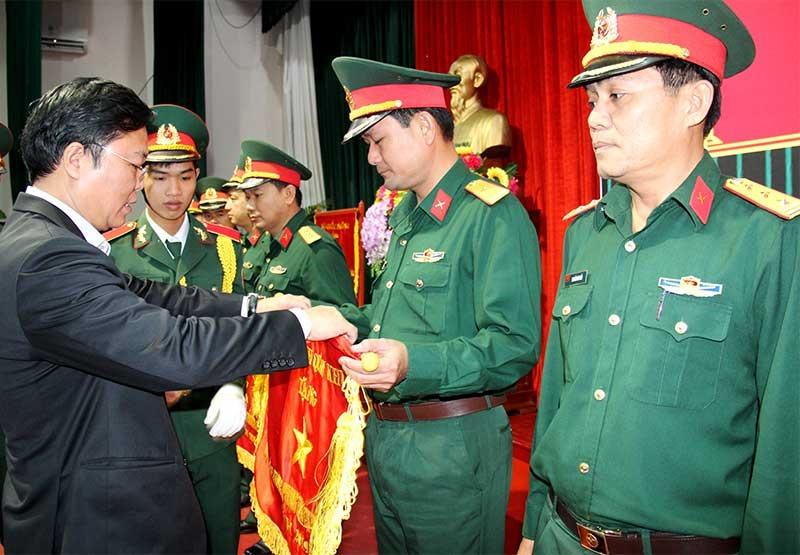 Chủ tịch UBND tỉnh trao bằng khen, cờ thi đua cho các đơn vị có thành tích xuất sắc thực hiện nhiệm vụ quốc phòng thời gian qua. Ảnh: ALĂNG NGƯỚC