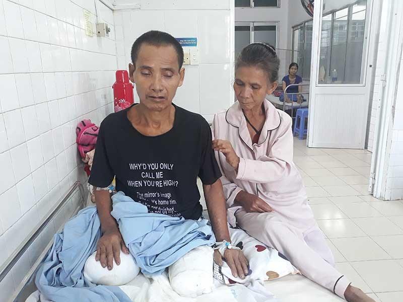 Ông Hồ Văn Tổ (bên trái) hiện đang điều trị tại tầng 2, Khoa Bỏng, Bệnh viện Đà Nẵng. Ảnh: B.NGUYÊN