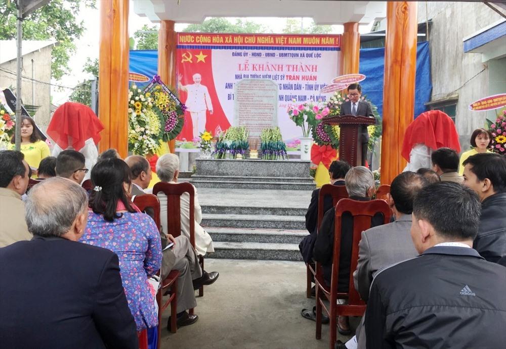 Khánh thành Nhà bia tưởng niệm liệt sĩ - Anh hùng lực lượng vũ trang nhân dân Trần Huấn. Ảnh: TÂM THÔNG