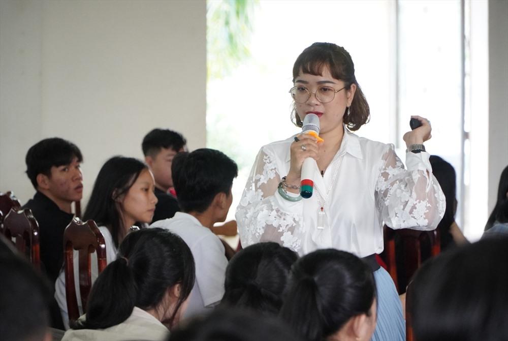 Diễn giả Phạm Trần Hồng Diễm nói chuyện tại hội thảo. Ảnh: PHAN VINH