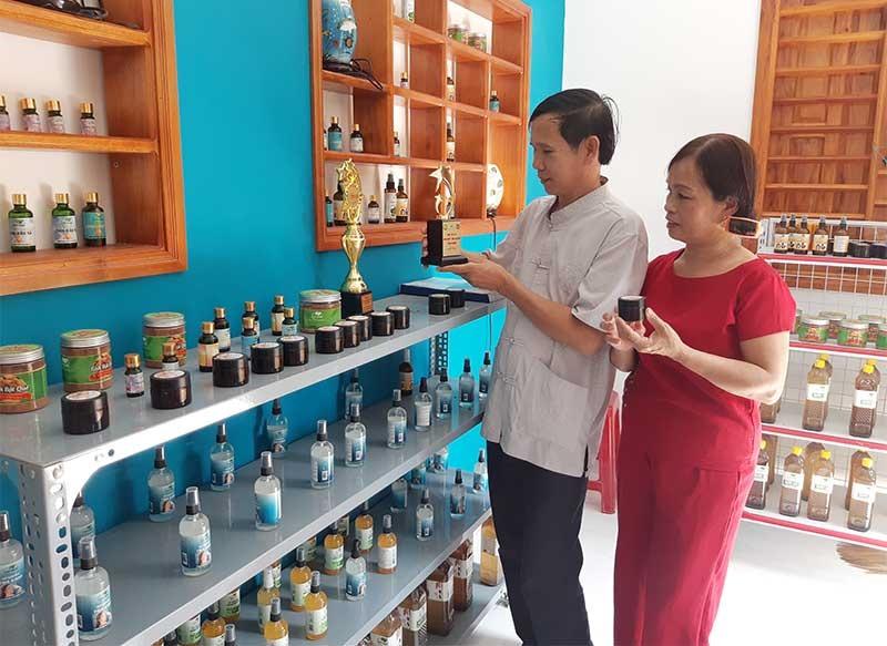 Đa dạng sản phẩm tinh dầu quế tại HTX Nông dược xanh Tiên Phước. Ảnh: HOÀNG LIÊN