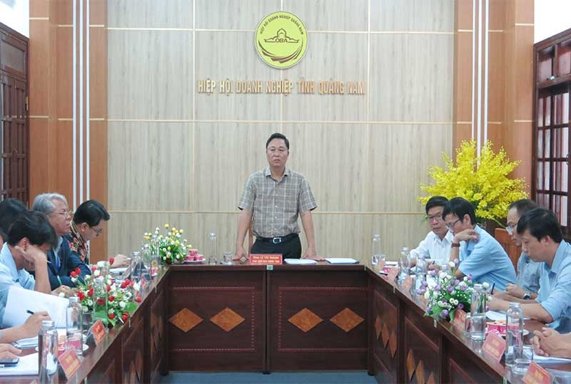 Quang Nam leader (standing) in a periodic meeting with entreprises