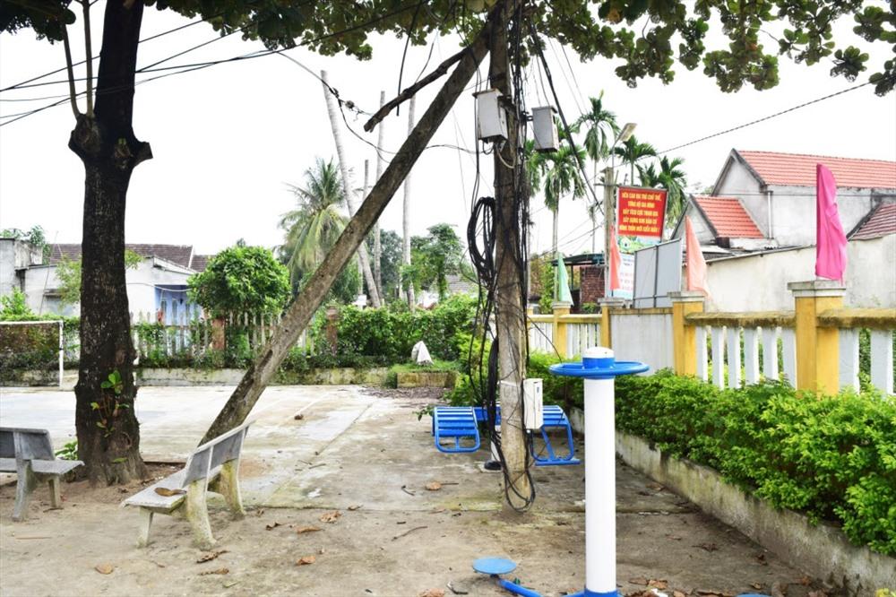 Trụ điện không đảm bảo an toàn đặt tại nhà văn hóa thôn Hương An Đông. Ảnh: THÁI CƯỜNG