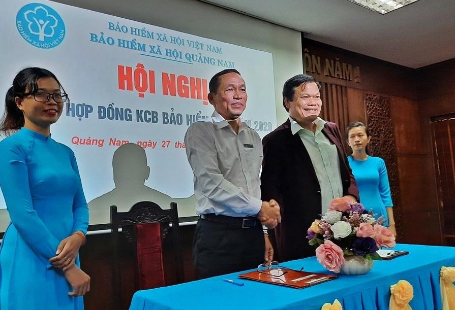 Đại diện lãnh đạo BHXH tỉnh ký kết hợp đồng khám chữa bệnh BHYT với các cơ sở y tế.
