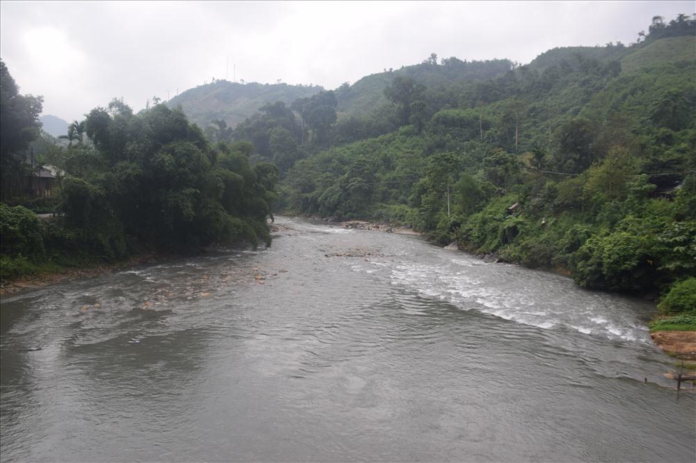 Nước sông Bui đoạn qua thôn 6, xã Trà Bui có màu đục. Ảnh: THANH THẮNG