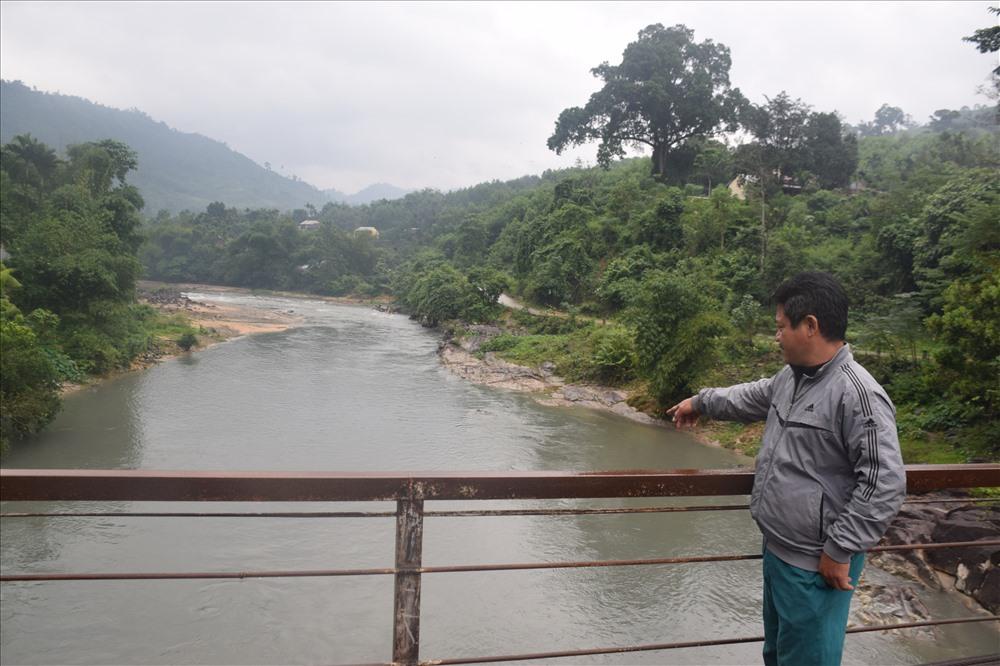 Người dân lo lắng nguồn nước sông Bui có màu tro tiềm ẩn ô nhiễm môi trường. Ảnh: THANH THẮNG