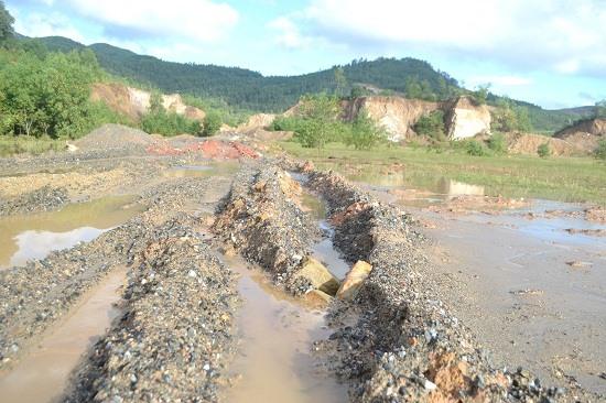 Đường vận chuyển được thiết lập trên đất của một DN khác lầy lội gấp nhiều lần. Ảnh: C.T