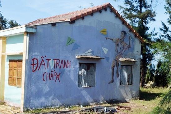 Một bức tường vẽ tranh bích họa đã bị bôi xóa. Ảnh: K.L