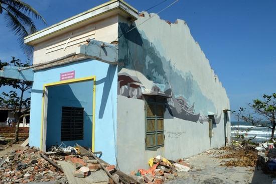 Ngôi nhà có tranh tường bị đập phá nham nhở. Ảnh: K.L