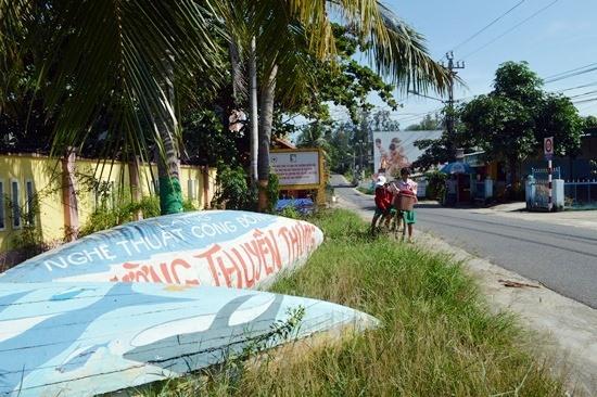 Những chiếc ghe trong dự án Con đường nghệ thuật thuyền thúng được bỏ bên đường. Ảnh: K.L
