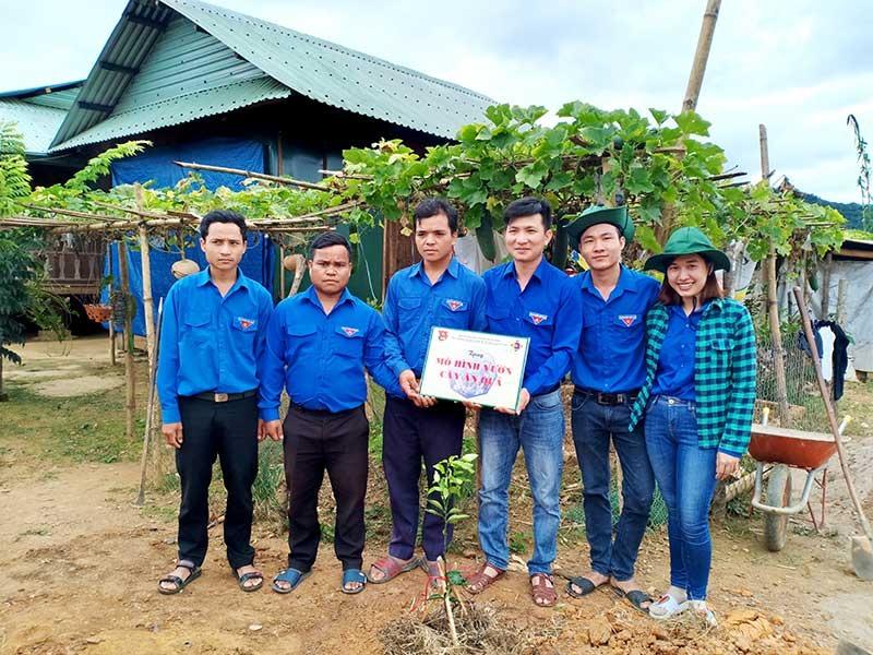 Đoàn Trường Cao đẳng KT-KT Quảng Nam tặng mô hình vườn cây ăn quả cho thanh niên vùng cao. Ảnh: CTV