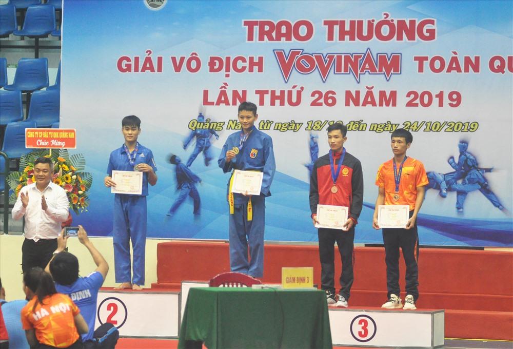 Vận động viên trẻ Nguyễn Miên trên bục nhận Huy chương Vàng giải vô địch Vovinam toàn quốc lần thứ 26 năm 2019. Ảnh: T.V