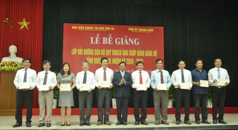 Lãnh đạo Học viện chính trị khu vực III trao Chứng nhận hoàn thành khóa bồi dưỡng cán bộ quy hoạch Ban Chấp hành Đảng bộ tỉnh nhiệm kỳ 2020 - 2025. Ảnh: N.Đ