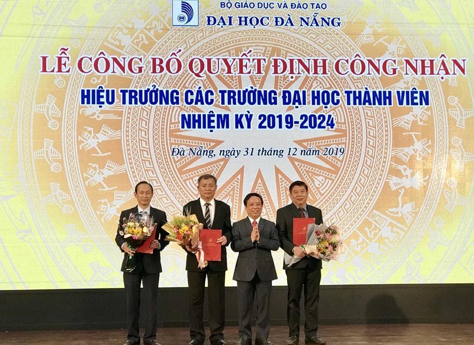 Giám đốc Đại học Đà Nẵng trao quyết định công nhận cho tân hiệu trưởng các trường đại học thành viên. Ảnh: Q.T