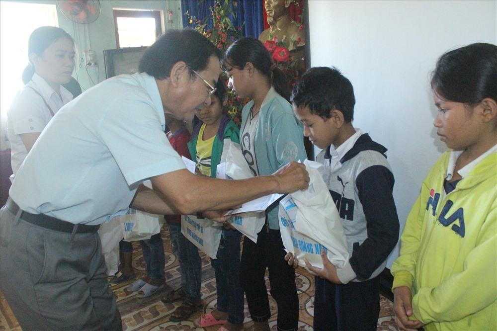 Nhiều trẻ em có hoàn cảnh đặc biệt khó khăn ở miền núi năm nào cũng được các đoàn thể xã hội tặng quà đón tết. Ảnh: D.L