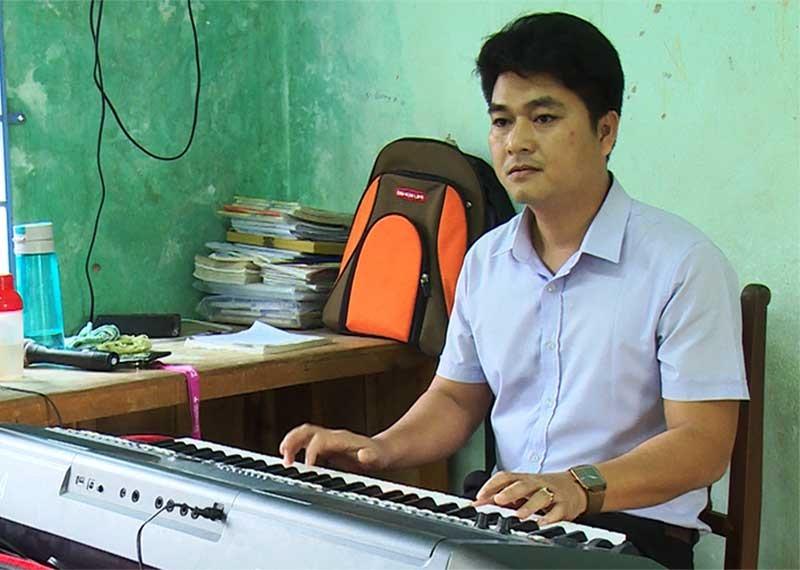 Thầy giáo Nguyễn Anh Vũ - giáo viên Tổng phụ trách Đội Trường THCS Huỳnh Thúc Kháng. Ảnh: SƠN THU