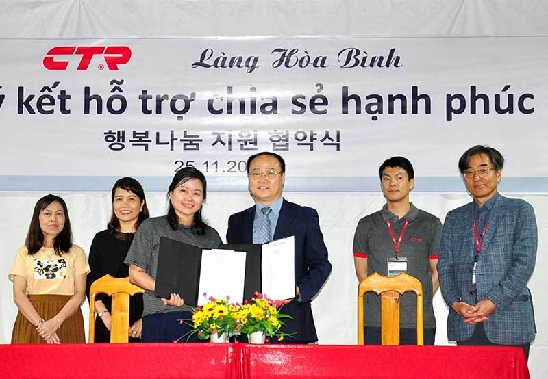 Representatives of  CTR Vina Co., Ltd. and Hoa Binh Village at the signing ceremony of the MoCA