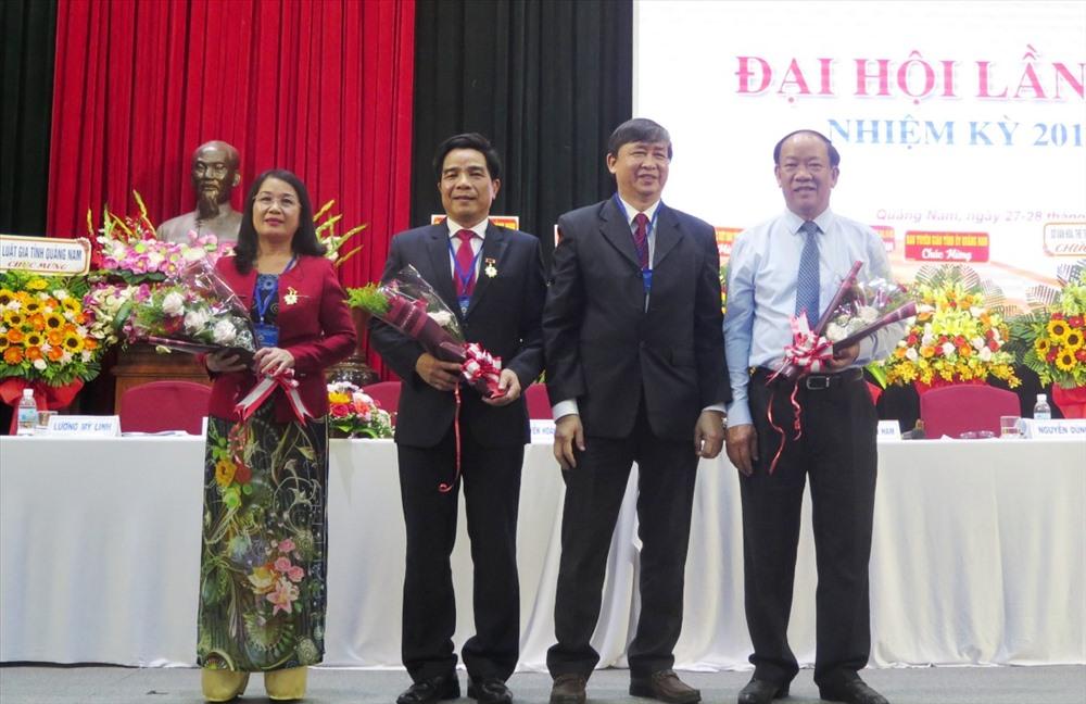 """Đại diện Liên hiệp Các hội VHNT Việt Nam trao tặng kỷ niệm chương """"Vì sự nghiệp VHNT Việt Nam"""" cho các đồng chí lãnh đạo, nguyên lãnh đạo tỉnh. Ảnh: X.H"""