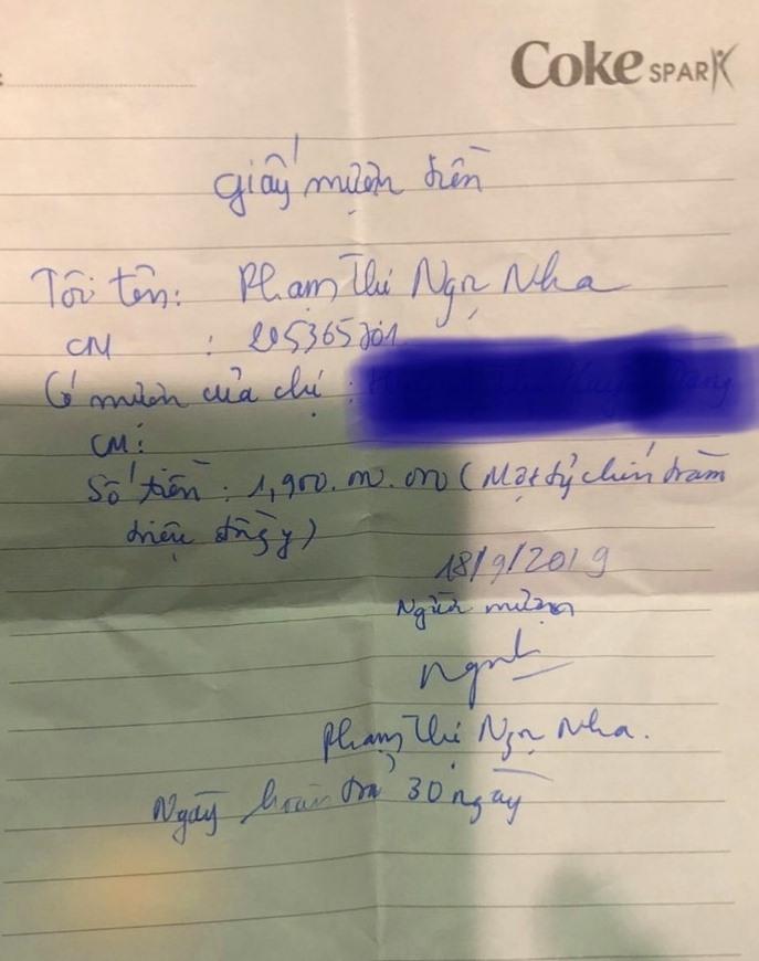 Bà Phạm Thị Ngọc Nha viết giấy mượn tiền các bị hại. Ảnh: T.C