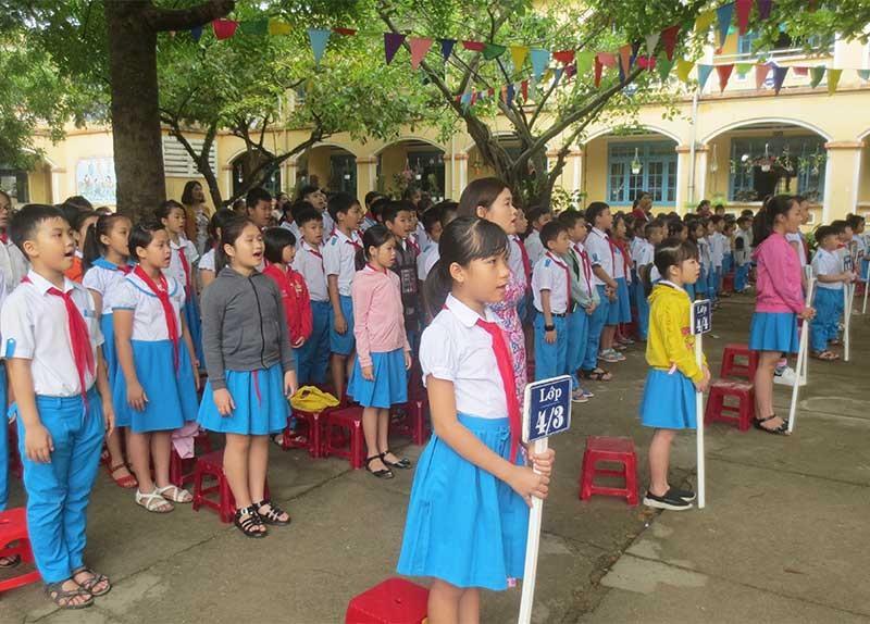 Học sinh Trường Tiểu học Trần Quốc Toản nghiêm trang hát Quốc ca trong lễ chào cờ đầu tuần. Ảnh: T.X