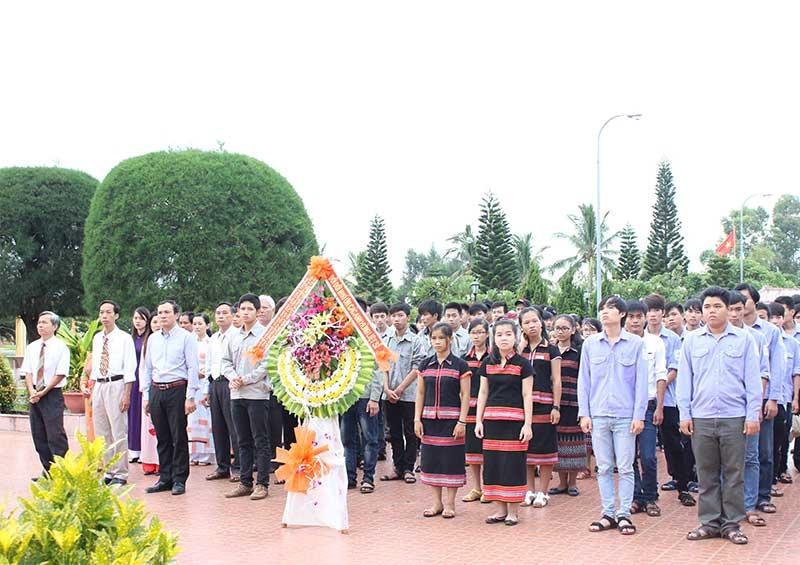Cán bộ, viên chức và HSSV cụm trường viếng Nghĩa trang liệt sĩ Hội An. Ảnh: Đ.S